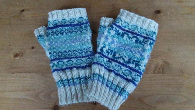 wintergreen-mitts-in-datmoor-yarn-company-shetland-ryeland-wool